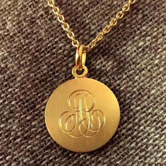 gravure à la main sur médailles et bijoux