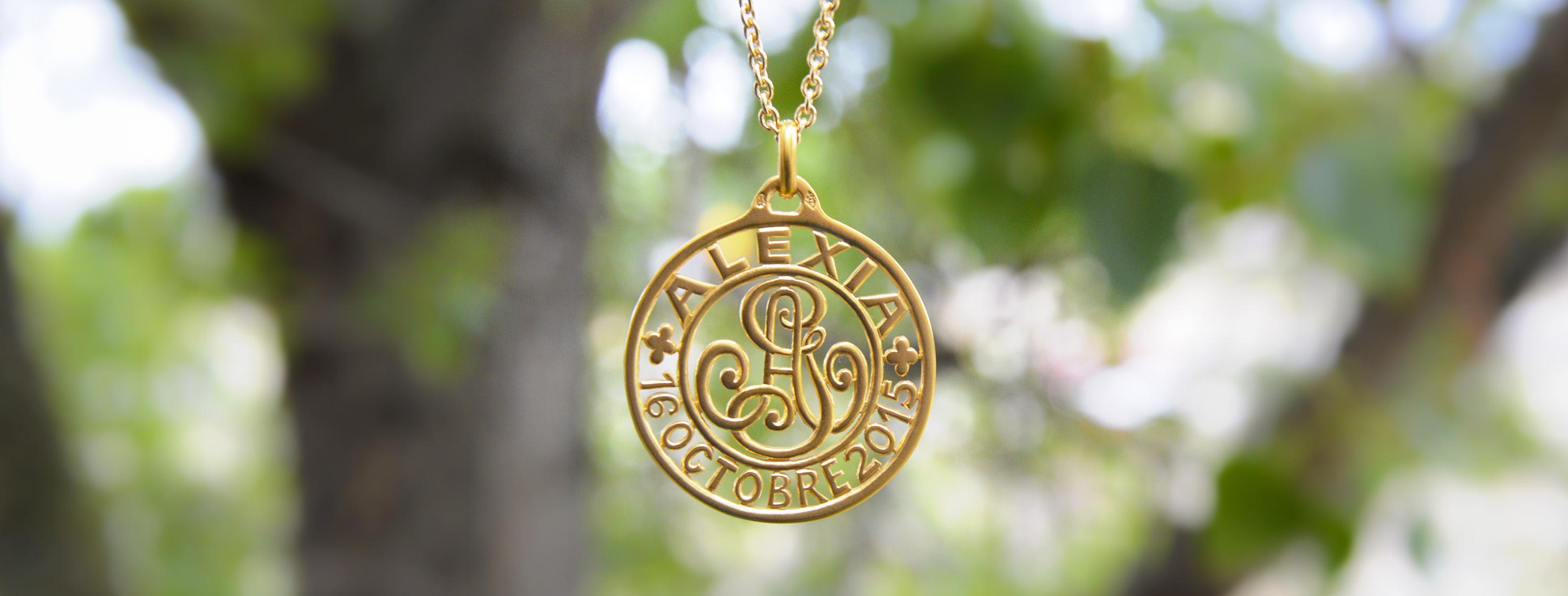 medaille bijou initiales entrelaces
